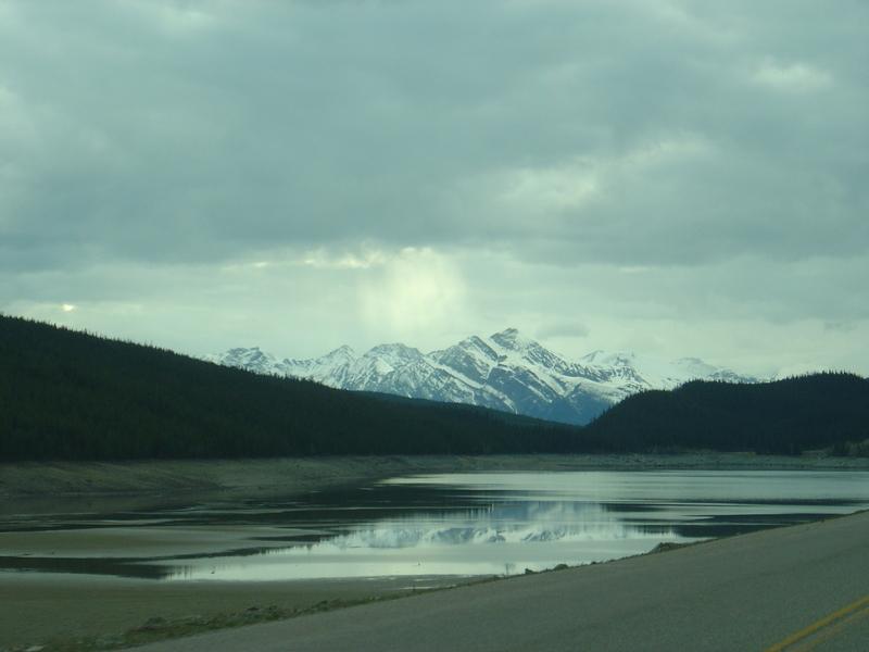 加拿大--落磯山脈--湖畔山景