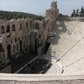 這不是戶外劇場 在古希臘是有屋頂的 只是現在沒了 原本的後台更壯觀