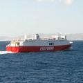別家船公司的渡輪航班 兩船交會互尬汽笛聲 看誰按比較久