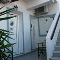 這間啦 202房 外面好冷 裡面好悶(都用氣密窗封著) 因為聖托里尼冬季是有可能下雪的