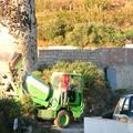 從飯店外拍一台迷你水泥預拌車