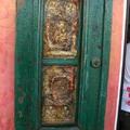 某店家 不知把誰家的古門給拆來裝飾門面 都是聖畫雕刻
