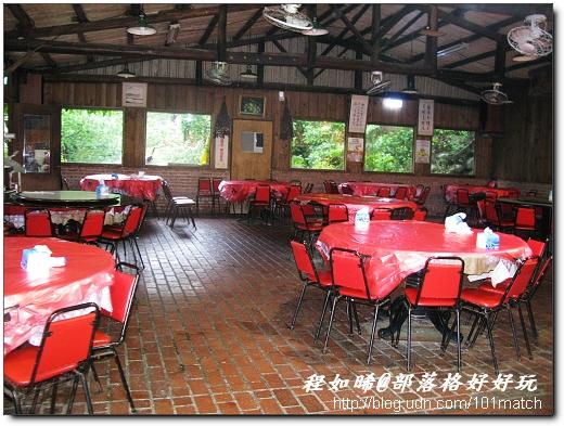 劉家莊燜雞選用土嫩雞,烤到皮酥肉嫩多汁