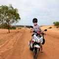 第一次,在國外,在荒蕪的道路上騎電單車。第一次,看見澎湃及白皙的沙丘,一個人徘徊沙丘,然後自拍。