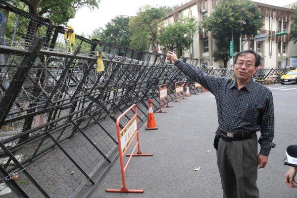 蔡英文為了防止太陽花以外的人衝進立法院,開始以超級拒馬阻擋人民