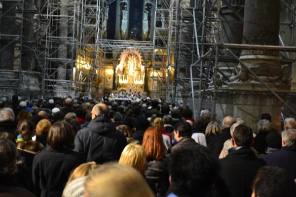 等待進入教堂的人群
