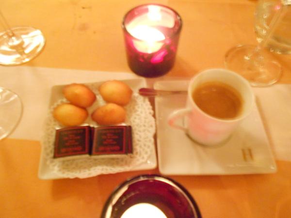 咖啡及自製的小蛋糕及黑巧克力片