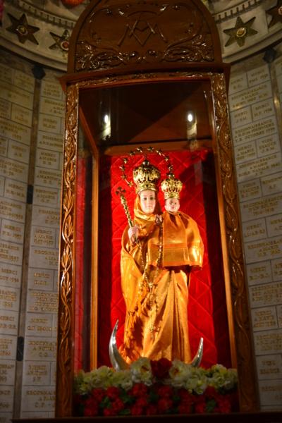 金光閃閃的聖母抱子像