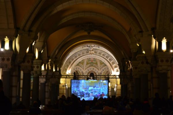 聖母堂內部的寬螢幕