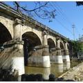 「東安古橋」位於關西牛欄河最寬處,橋樑為五孔石造拱橋,古樸優美,為關西八景之一。  古橋舊名「彩鳳橋」為昭和二年建造1927。