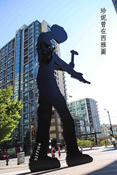 西雅圖藝術博物館門口的公共藝術作品「敲槌人』