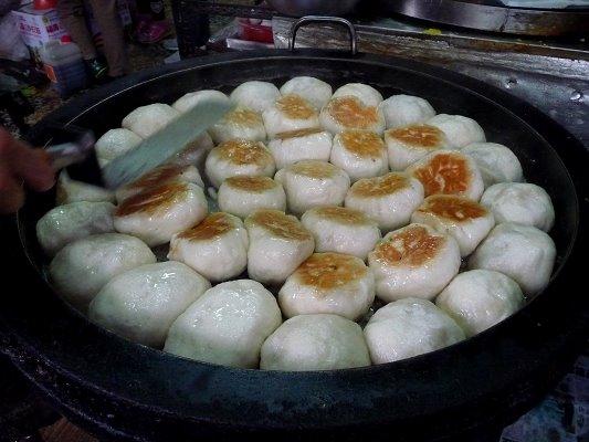 不斷起鍋的水煎包,便宜又好吃,供不應求