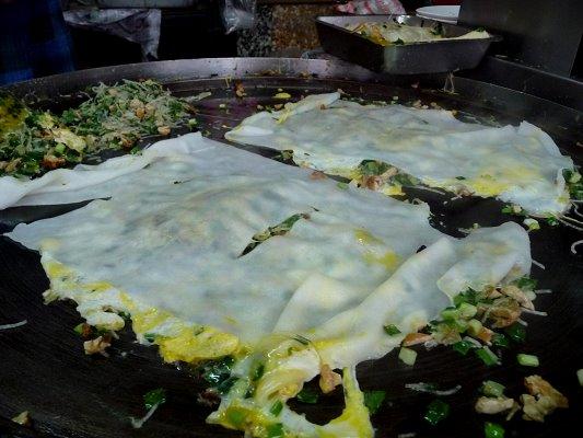 看看,煎製過程和一般蛋餅不太一樣