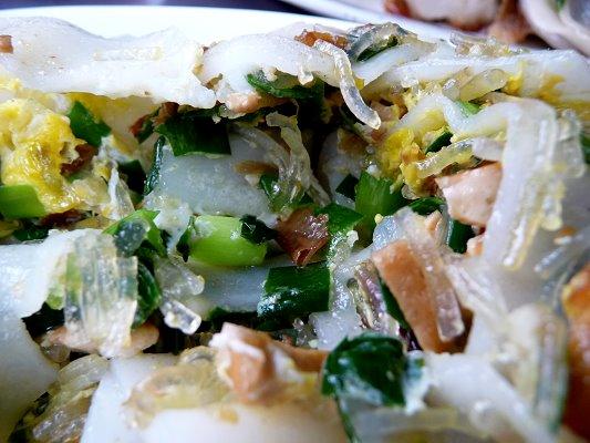 打開韭菜板條蛋餅,內容滿了出來
