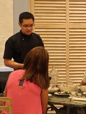 年輕李主廚與客人打招呼