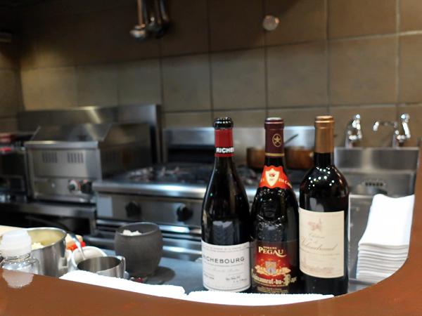 開放式廚房與當晚三瓶紅酒