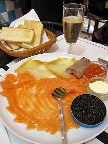 兩種燻鮭魚、魚子醬、鮭魚卵