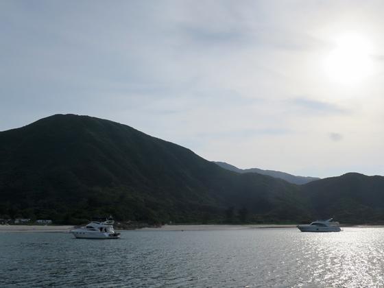 平靜的海灣引來了幾艘遊艇
