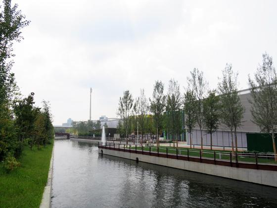 整個展場地由「護城河」環繞