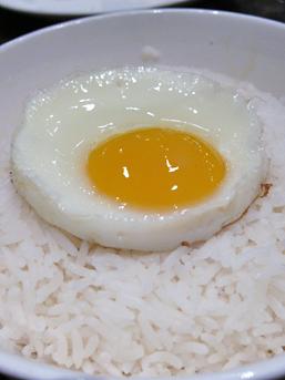 配叉燒飯的白飯與蛋