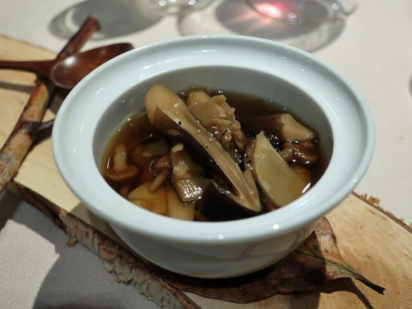 鸭肉野蕈牛蒡清汤