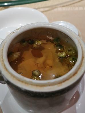 杞皇菊花燉黑豬肉湯