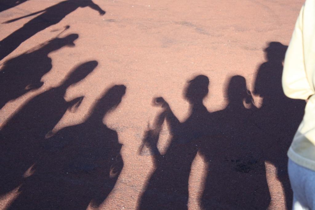 地上影子可見到日蝕過程中太陽的形狀