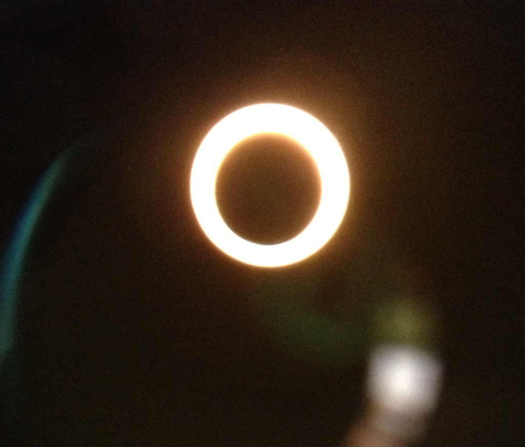 Ring of Fire - 用手機從Jim的望遠鏡中拍下來的日全蝕