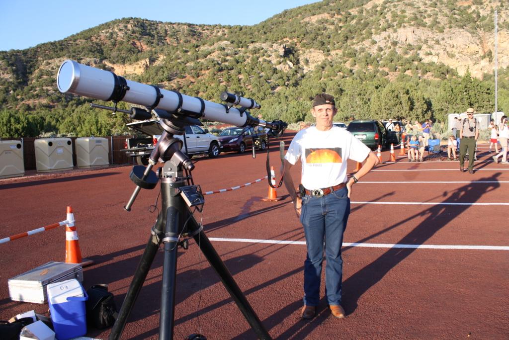 Robert 和他的望遠鏡-照相機