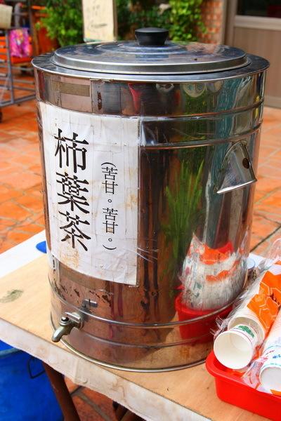 喝口苦甘的柿葉茶後,上樓入座,乖乖聽老闆劉興武先生講故事。