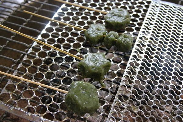 香氣撲鼻的烤艾粄丸子沾裹上花生粉或金桔醬,迷人的好滋味溫暖了晚秋大雨中的每一顆遊客的心。