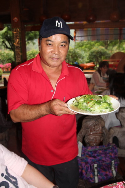 陳家農場老闆陳新源班長親自服務上菜。
