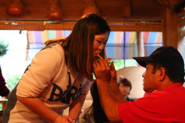 咦…還有精彩餵食秀表演!不不不…這不是什麼餵食秀,是陳班長在教遊客如何正確吹奏DIY的客家童玩竹笛喔!