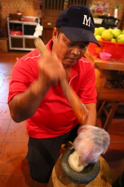 陳班長用示範動作以非常純熟的技巧來擂茶和製作客家麻糬。