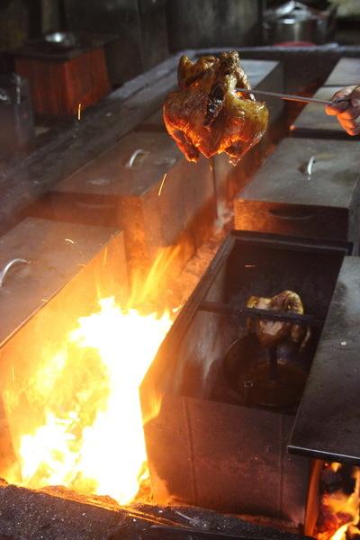"""燃燒吧!火雞!老闆劉華柱先生表示,現在所製作的""""燜雞""""是改良過的""""火燒雞"""", 採用嚴選足4斤重的放山雞,處理過後加上特製調味,放入鐵箱中再以堆滿木炭的窯高溫燜烤後,再取出淋上雞油後以大火燒烤,所以不但肉質鮮嫩美味,就連表皮都非常香脆可口。"""