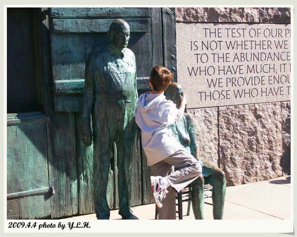 這小男孩在老奶奶的銅像前磨蹭許久