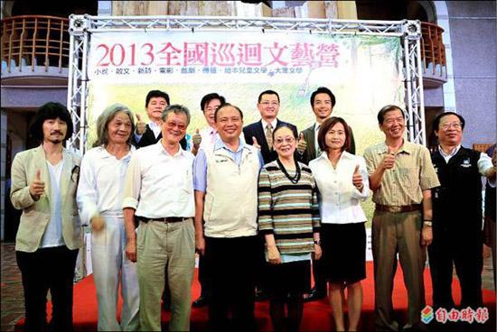 全國巡迴文藝營今年首度在宜蘭舉辦,縣長林聰賢(前排左四)、作家黃春明(左三)等人一同為活動宣傳。 (記者游明金攝)
