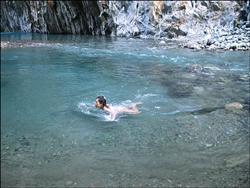 三亚裸泳有女的_台東有位「熟女」愛裸泳,將台東視為裸泳天堂!她從31歲第一次 ...