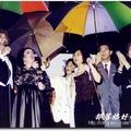 如晞民生報活動組記者時期 1993年5月31日為多明哥演唱會中正紀念堂戶外獻唱撐傘