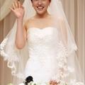 是「池城」於04年主持音樂節目的好拍檔 ─「朴恩惠」穿出高雅氣質,流露出新娘子的喜悅。