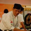 王添祿說,「我喜歡不重複的料理,靈感來了就隨性做菜。」連續兩屆勇奪中華美食展打敗大陸、美、日、港、馬等7隊,被台灣媒體尊稱為「新加坡廚神」,如是說。http://udn.com/NEWS/FASHION/FAS5/4213740.shtml