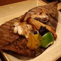 燒烤,是日本料理的特色之一。這道「烤紅喉」魚頭和表面酥脆香鬆,而魚身豐富的油脂包覆其中,肉質甘嫩鮮甜。搭配甜蜜帶酸的醃南瓜片、黑棗,為這道烤紅喉的演出畫下精采的ending。