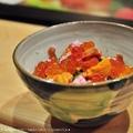 壓軸「散壽司」終於登場,以粒粒分明的鮭魚鬆飯鋪底,覆上粉紅色的鱈魚鬆、橘色的馬糞海膽、澄亮的鮭魚卵、翠綠的小黃瓜,以及瓠瓜丁、香菇丁提味,鮮豔的色澤彷彿三月盛開的櫻花。滿嘴的珍貴食材佐以鮮美的味噌湯徐徐喝下,讓味蕾徹底酥軟投降。