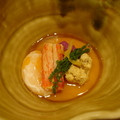 這道料理叫「滿月蒸」,溫泉蛋的底部是豆漿煨成的綿密口感,搭配紫山藥、松葉蟹肉、紅喉魚卵,給人一種非常豐厚的味覺體驗。