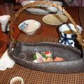 日本進口的陶器,盛放了各式鮮美的生魚片,有如一艘滿載鮮魚的小船。