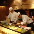 下嵌的保鮮櫃採玻璃上掀式開啟,和檯面成一平面的設計,可清楚看見師傅的精湛手藝。每週由東京築地空運進口的時令魚鮮,全都被小心翼翼地精緻呈現。