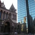 古老教堂與現代大樓的有趣對比