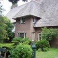 這種有草覆蓋的房子,是傳統古老的建築方式.像這種傳統與現代結合的建築方式,也很別緻.