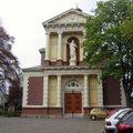 小鎮上的小小教堂,對稱的建築,溫和的色調,十分典雅.