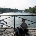 走累了,坐在橋邊休息一下,欣賞塞納河的落日及過往行人也是不錯的.